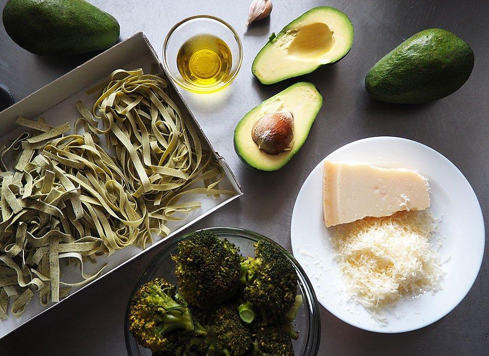 tagliatelle cu sos de avocado si broccoli