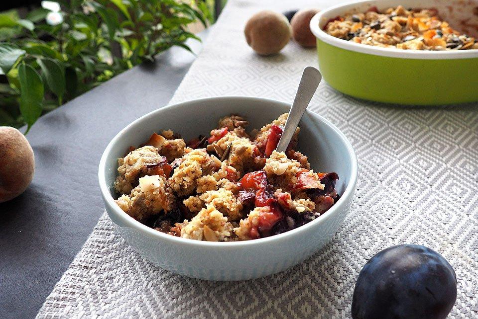Crumble cu piersici și prune (fără zahăr)