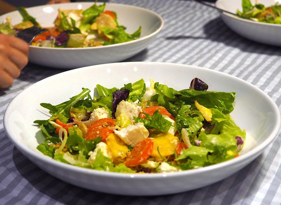 Salată de rădăcinoase coapte cu feta și vinegretă clasică